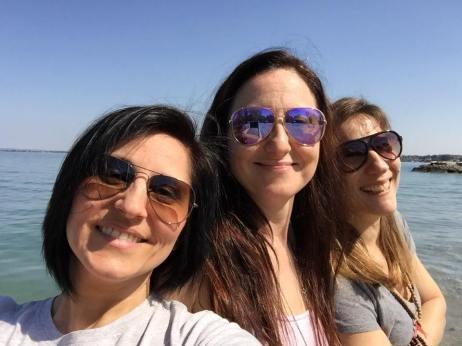Lidia (al centro)